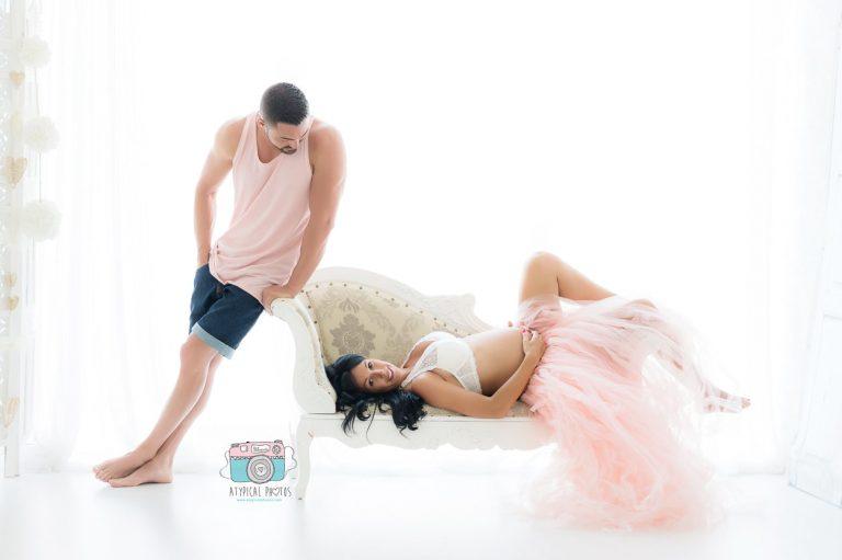 fotografos de maternidad embarazadas en estudio con luz natural en sant boi de llobregat y barcelona