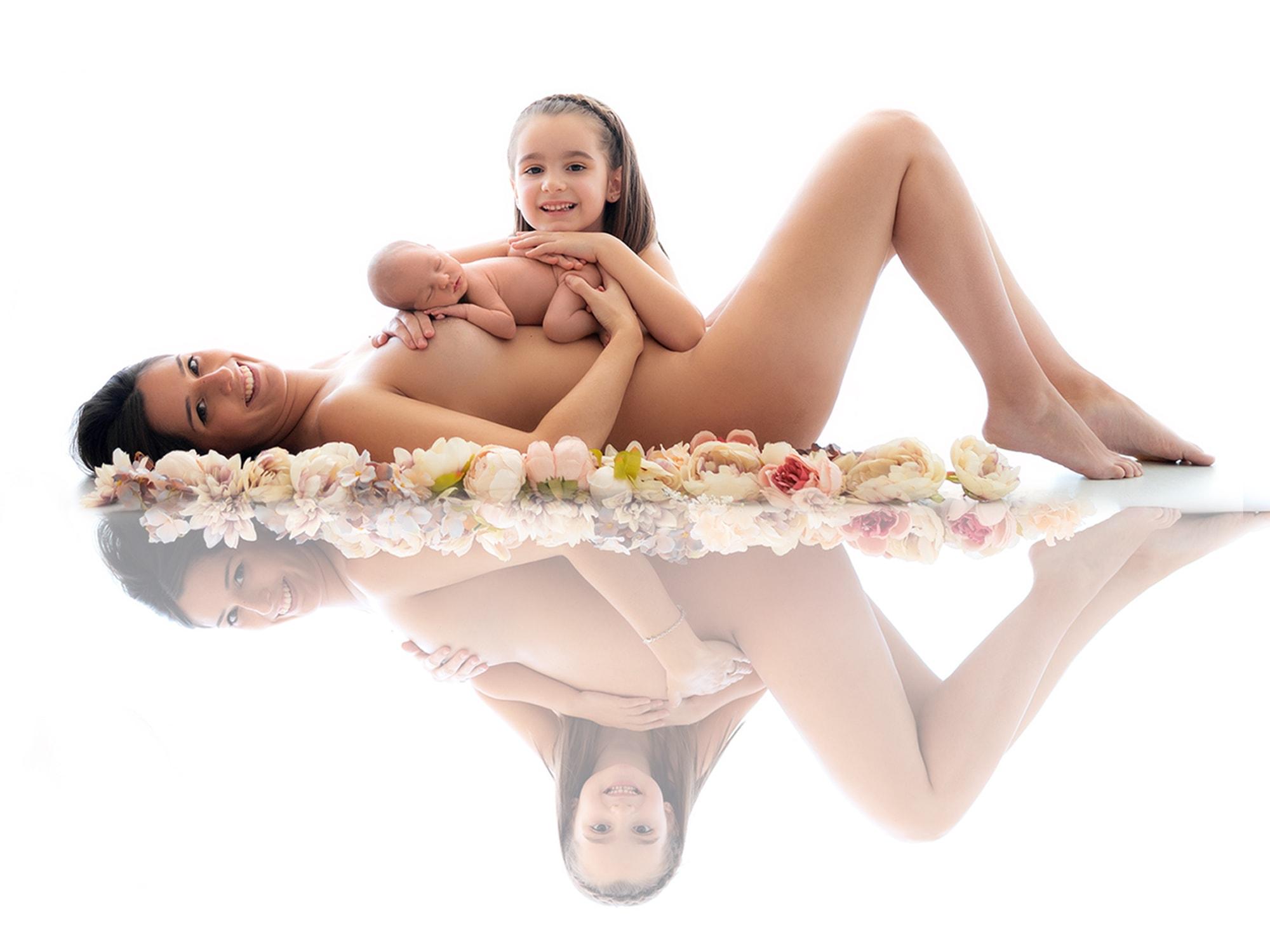 reflejo de mama con sus dos hijos