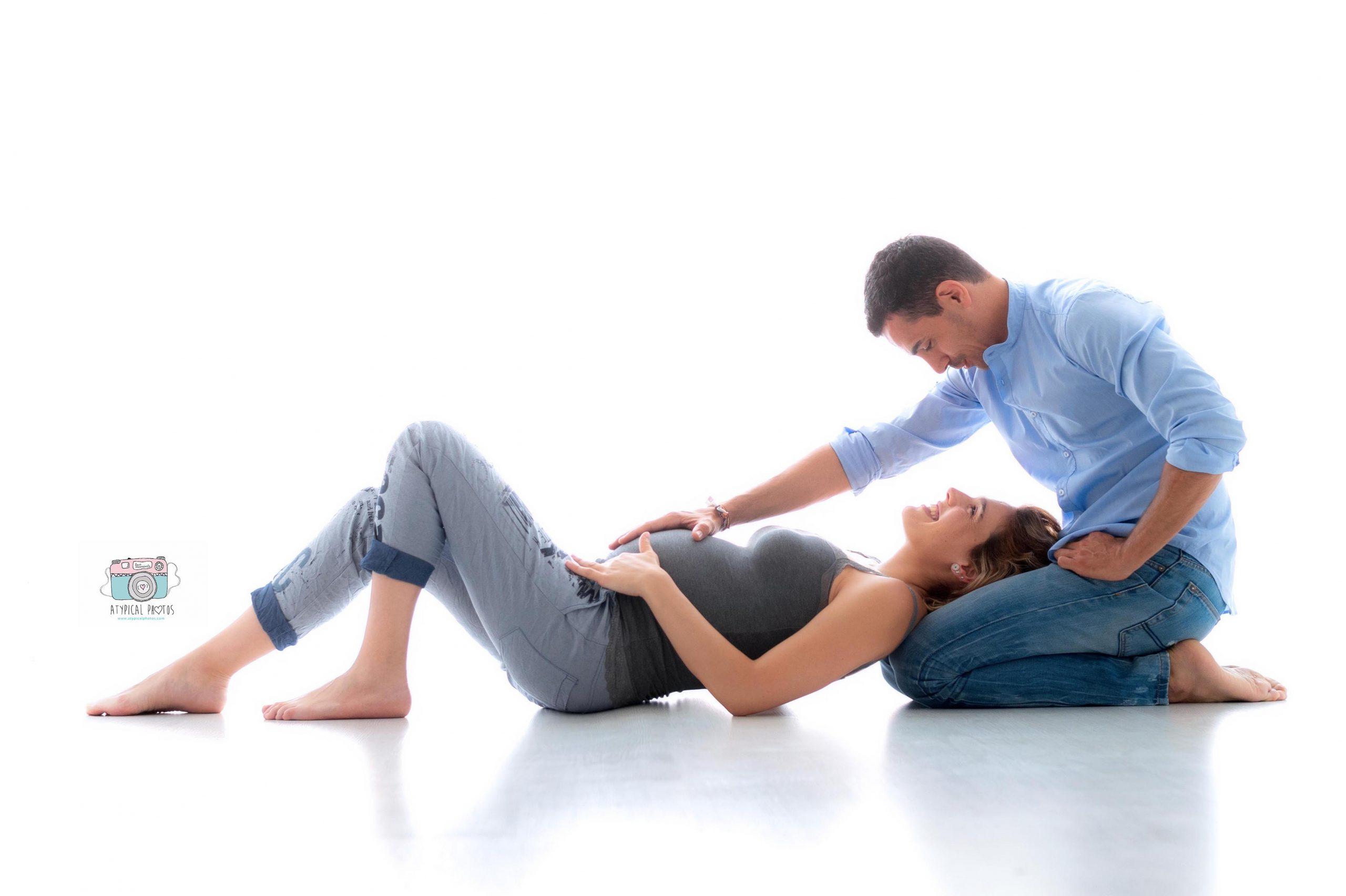 foto de pareja tocando la barriga premama